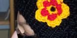 Mütze mit Häkelblume