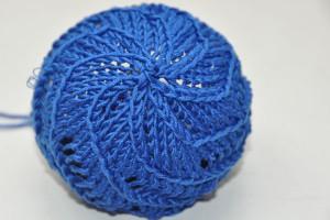 Mütze mit Spiral-Lochmuster