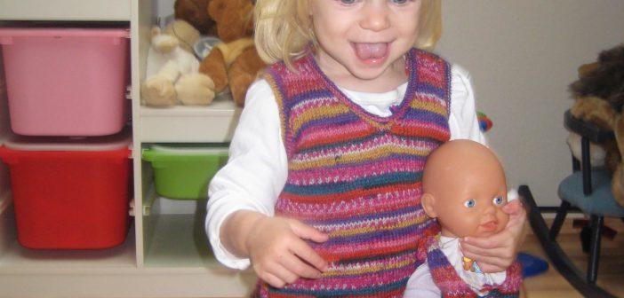 Sara mit ihrer Lieblingspuppe