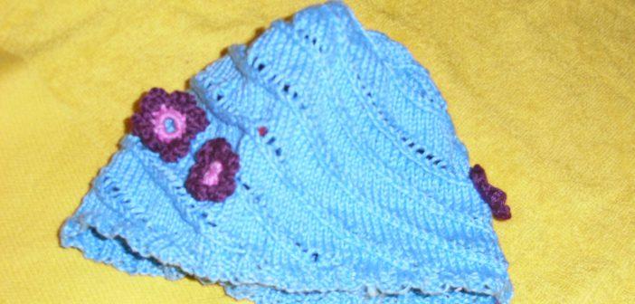 Strickmütze mit Lochmuster und Häkelblümchen