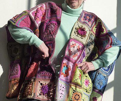 Lore im Granny Umhang