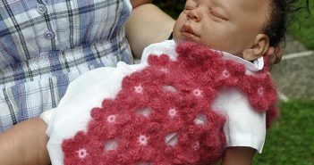 Babyjacke aus Häkelblumen