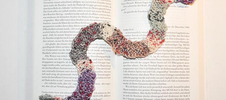 Stricken: Gestrickter Bücherwurm als Lesezeichen