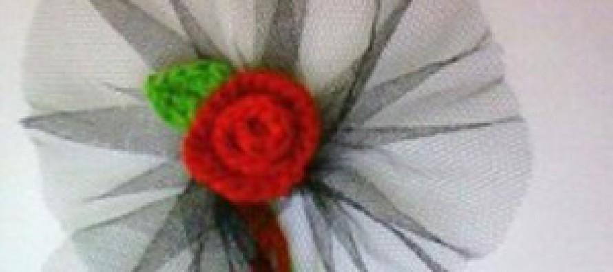 Gestrickte Rose zum Anstecken