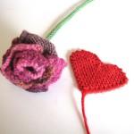 Zum Valentinstag * Gestrickte Rose aus Herzen von Lila