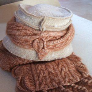 gestrickte Garnitur auf gekauftem Hut