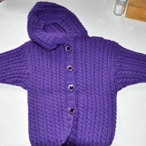 strickmantel-kapuze-violett-1