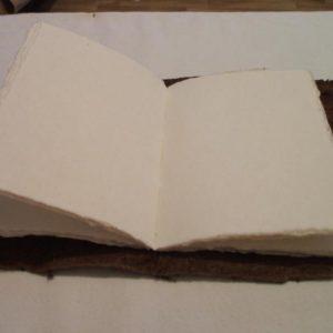 Buch aus handgeschöpftem Büttenpapier