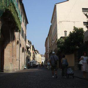 schattige Seitenstraße in Padua Italien