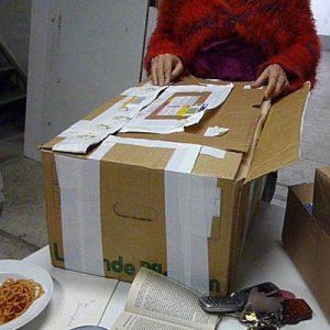 Auf dem große Päckchen steht in roten Lettern !OBEN!